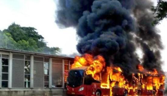 Foto-Foto Bus TransJakarta Yang Terbakar di Halte Al-Azhar