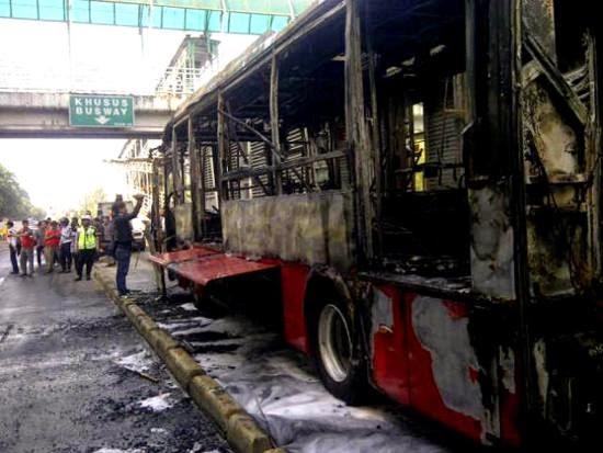 Bus TransJakarta Terbakar di Halte Al-Azhar