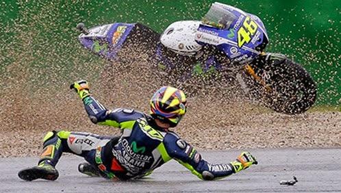 Gambar Kecelakaan Valentino Rossi di MotoGP