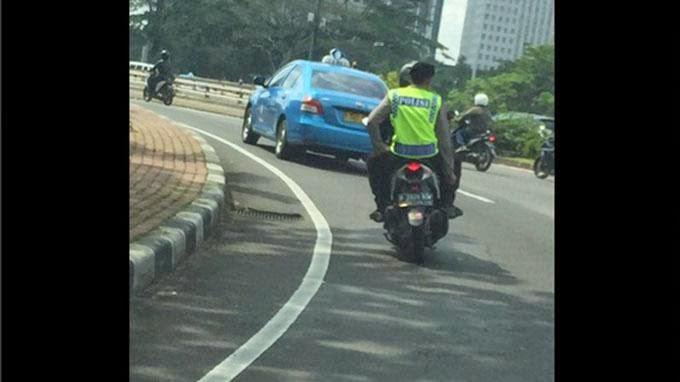 Foto Polisi Tak Pakai Helm saat Berkendara di Kawasan Semanggi