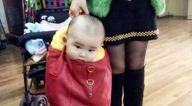 Ibu Ini Jinjing Bayinya dalam Handbag Mahal
