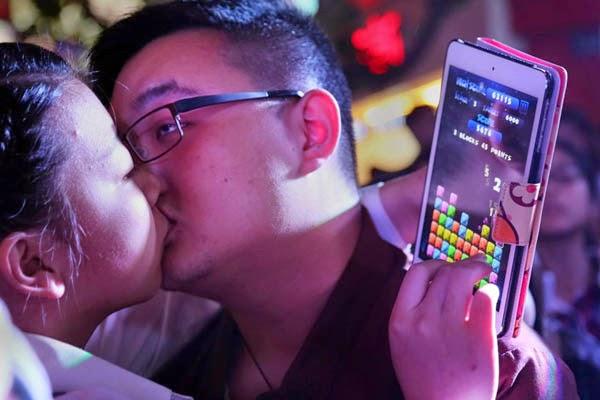 Lomba Ciuman Paling Lama Demi iPhone 6