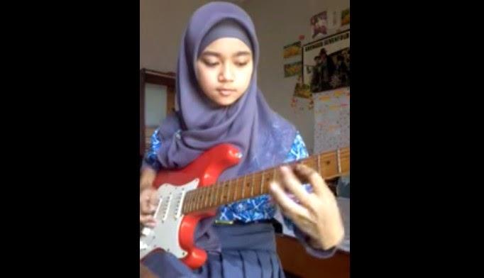 Siswi SMA Berjilbab Bermain Gitar Metalcore
