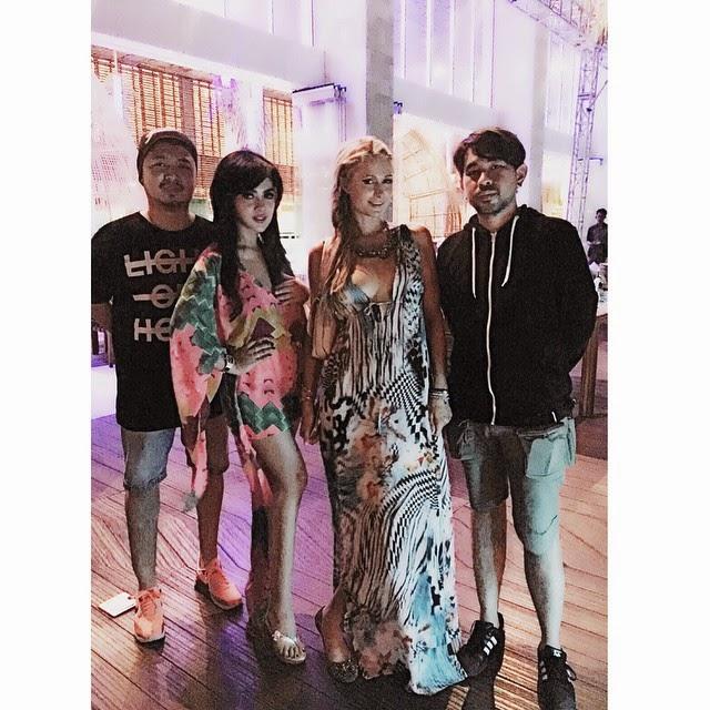 Foto Syahrini Bersama Paris Hilton di Bali